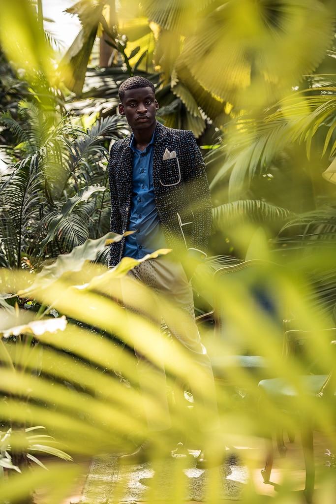 Blazer sur-mesure Monsieur List jersey laine noir brodé main coton bleu et blanc. Chemise sur-mesure Monsieur List coton enduit bleu. Fait en France. Photographie de Marcel Kultscher.