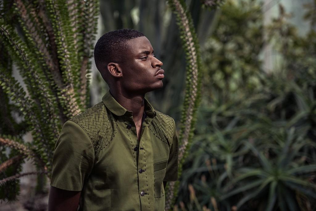 Chemise sur-mesure Monsieur List à col club coton vert brodée main chevrons soie noir. Fait en France. Photographie de Marcel Kultscher.