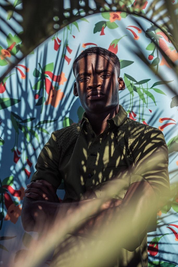 Chemise sur-mesure Monsieur List col club coton vert brodée main chevrons soie noir. Fait en France. Photographie de Marcel Kultscher.