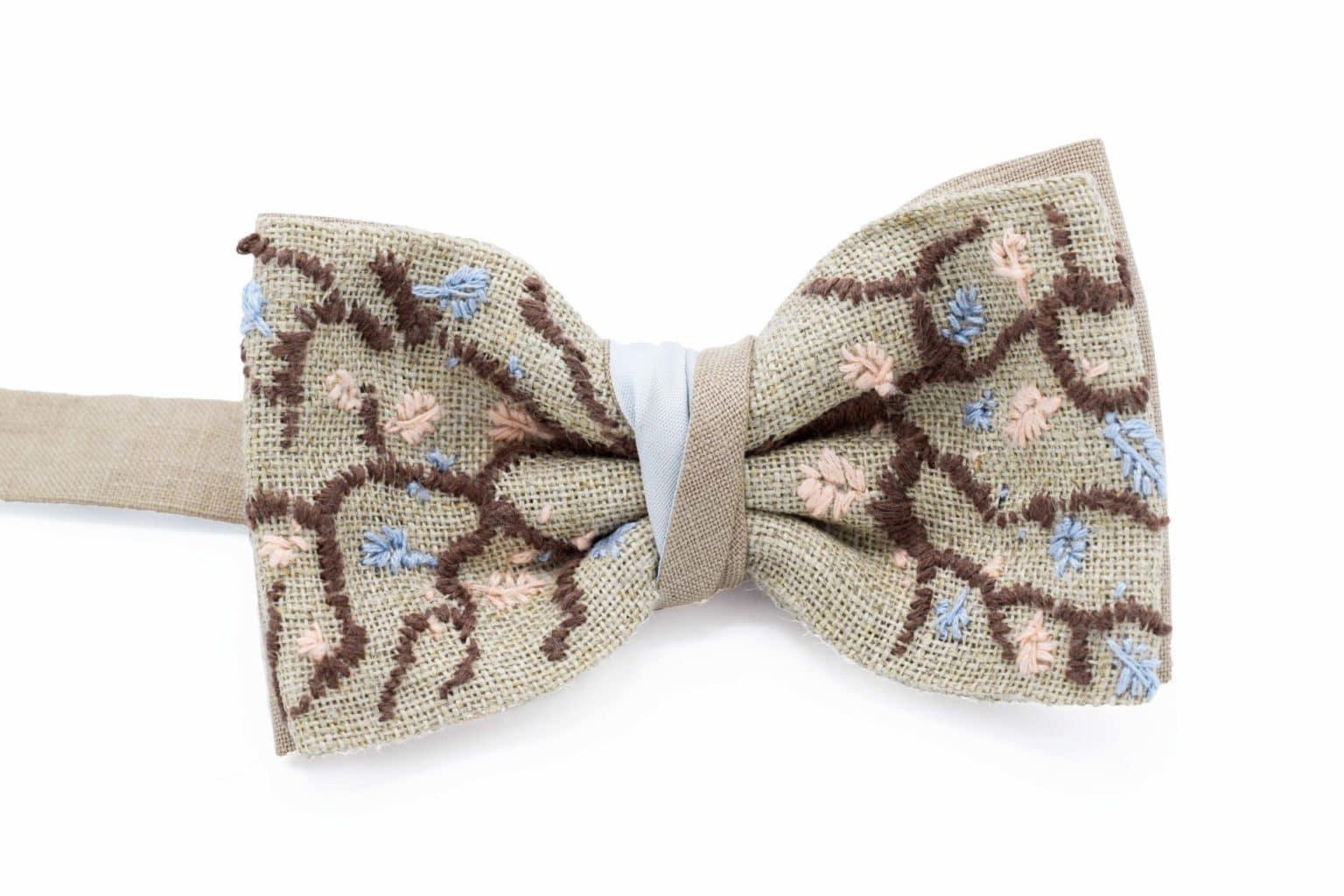 Nœud papillon en laine prémonté sur mesure brodé fleurs à la main en pièce unique par un artisan Français.
